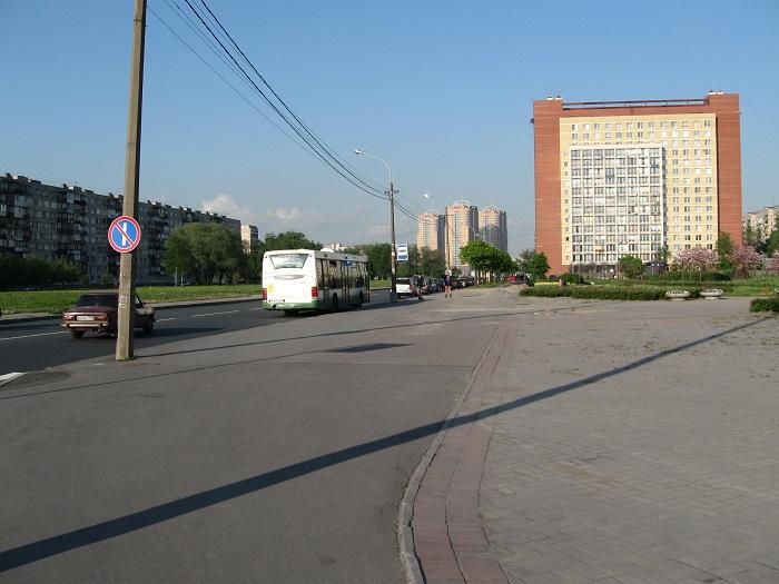 Автобусная остановка для посетителей Яблоневого сада