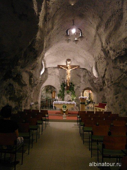 Венгрия Будапешт пещерная церковь алтарь.