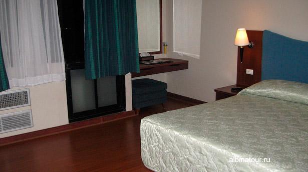 Бангкок отель Baiyoke Suite спальная комната зеркало