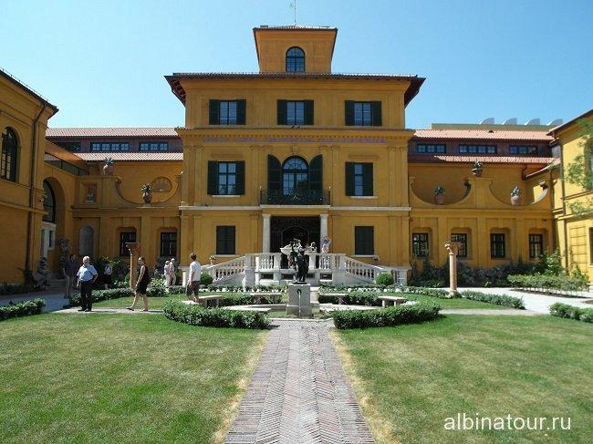 Германия здание городской галереи в доме Ленбаха Мюнхен