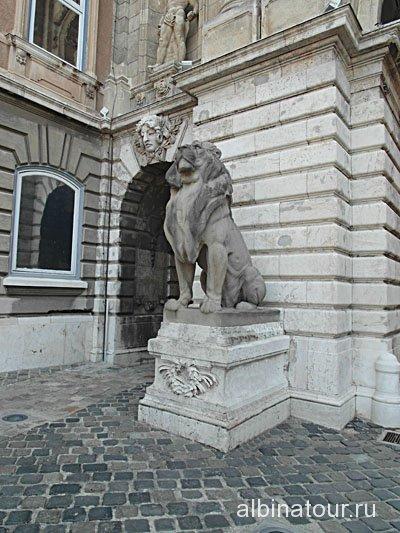 Венгрия львиные ворот в Королевском дворце Будапешта