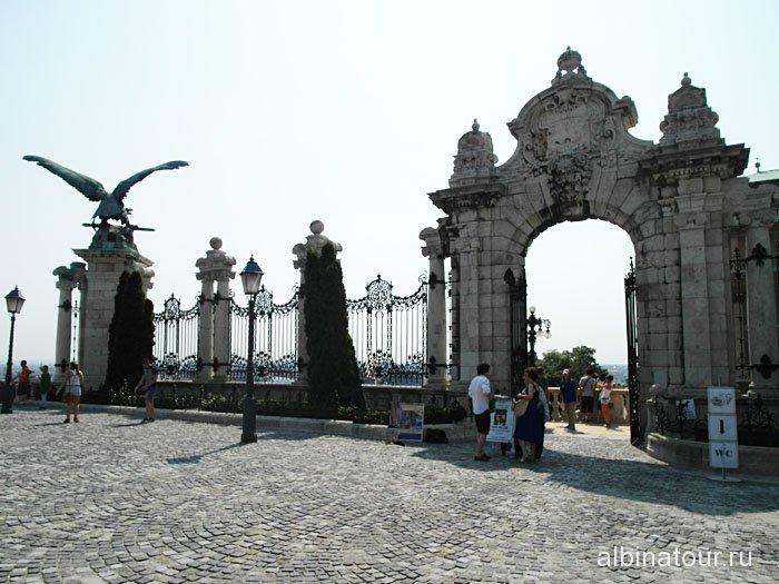 Венгрия ворота на территорию Королевского дворца