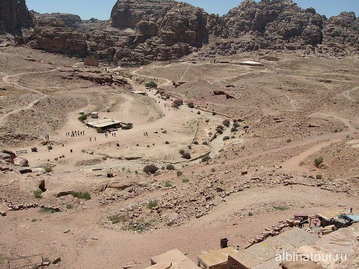Дорога с следующим достопримечательностям Петры Иордания