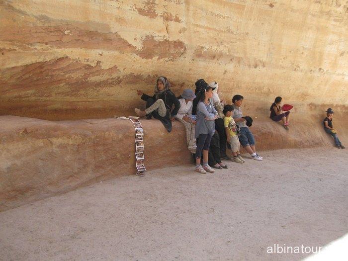 Иордания местная детвора торгующая сувенирами