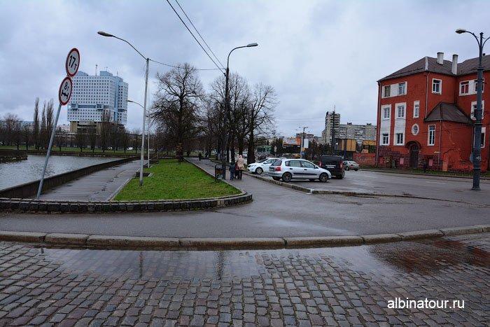 Россия Калининград остров Канта парковка перед Медовым мостом