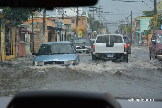 Доминикана улица после дождя в Ла-Романе