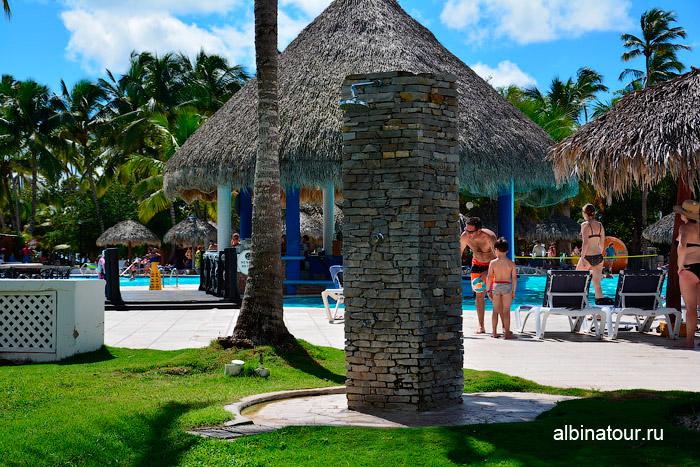 Душ у бассейна в отеле Be Live Collection Canoa в Доминикане