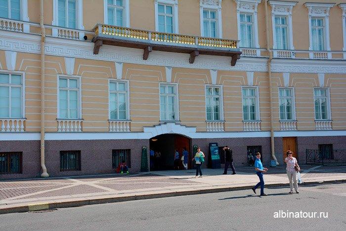 Крупный план входа в Главный штаб Санкт Петербург