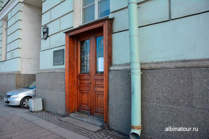 Вход в музей располагается с Дворцовой набережной фото