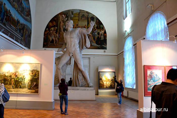 СПб музей академии статуя гипсового отлива с одного из Диоскуров