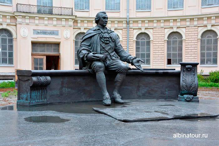 Памятник Шувалову музей Академии художеств в Санкт Петербурге