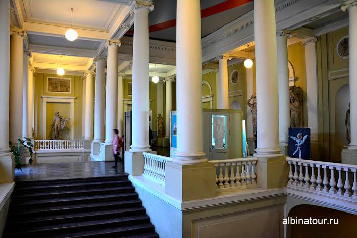 Вестибюль 2 этажа музей Академии художеств в СПб