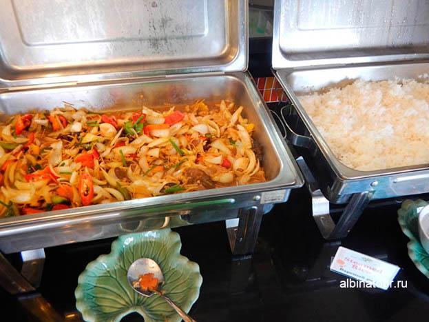 Отеле The Three By APK 3 Пхукет фото завтрака овощи и рис