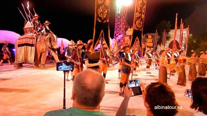 Фото финальная часть парада боевых слонов на шоу Сиам Нирамит на Пхукете