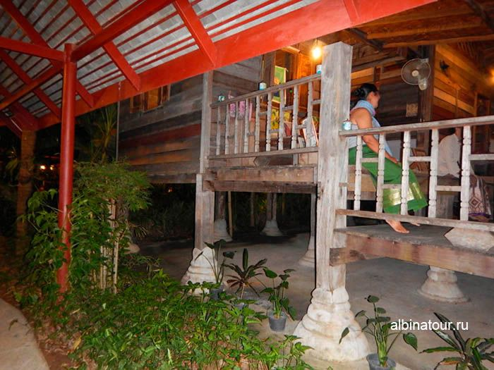 Фото Тайская деревня дом на сваях на шоу Сиам Нирамит на Пхукете