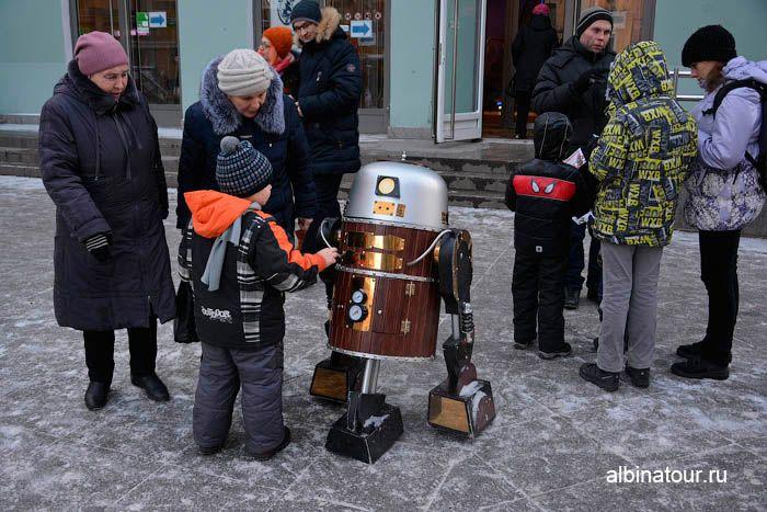 Фото инопланетянин перед входом в ТРЦ Адмирал