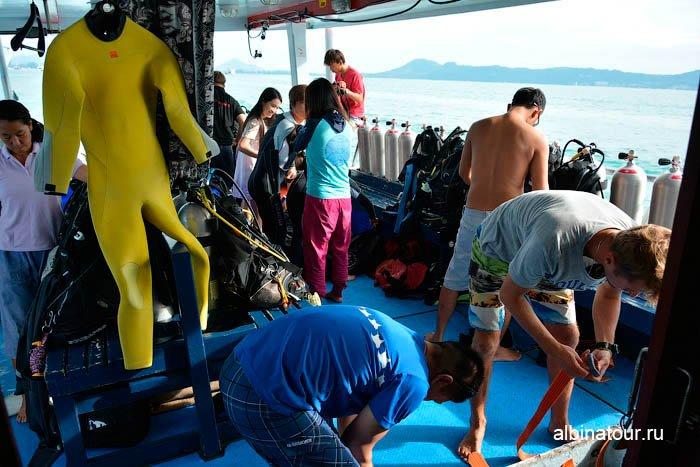 Инструктора и ученики готовят оборудование на судне фото