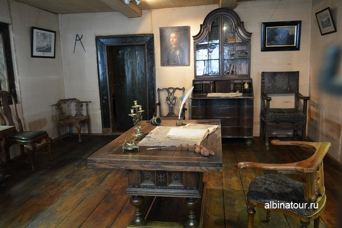Кресло Петра фото в большой комнате