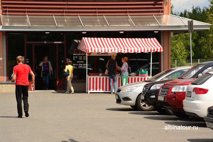 Фото Продажа клубники и гороха перед супермаркетом Лапландия в Финляндии
