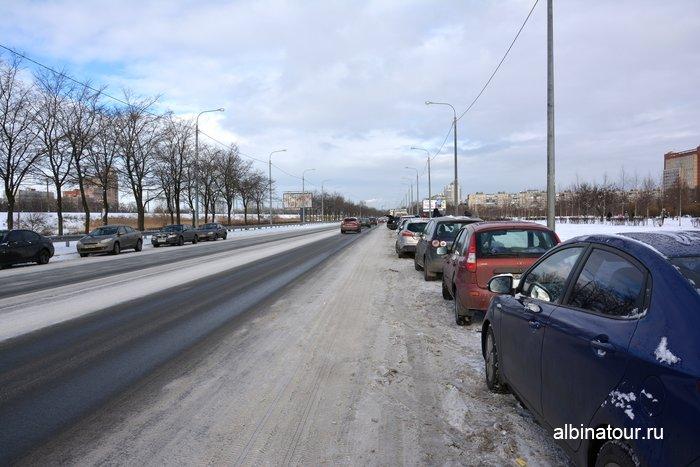 Парковка вдоль дороги у Яблоневого сада в Купчино СПб