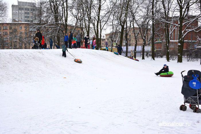 Не высокий спуск на горке в парке Бабушкина Спб