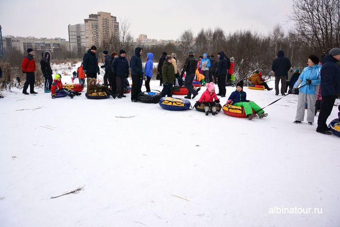 Спуск с горы по очереди в целях безопасности у Ледового дворца на Латышских стрелков