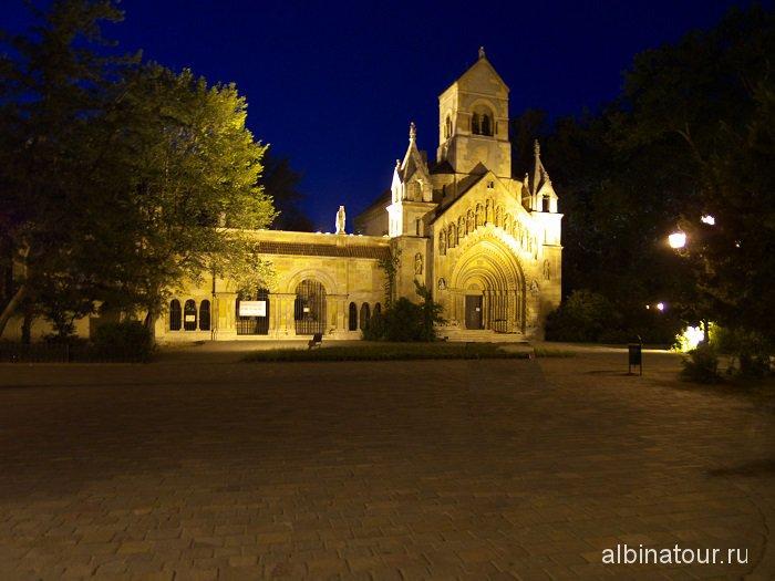 Будапешт замок Vajadahunyad vara летним вечером.