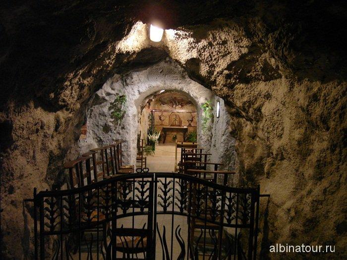 Венгрия Будапешт пещерная церковь одна из часовен.