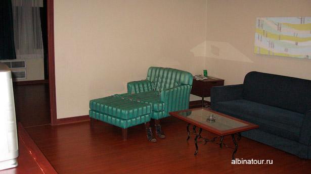 Отель Baiyoke Suite номер диван и кресло