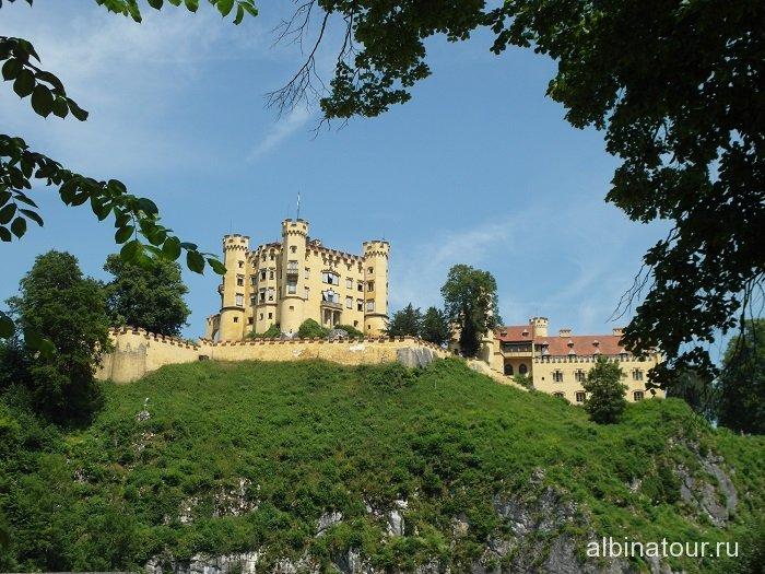Германия вид на замок Хоэншвангау из города