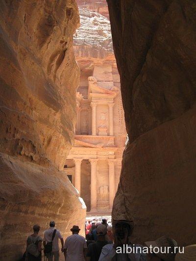 Иордания Петра Вид на сокровищницу Эль-Хазне из каньона Сик