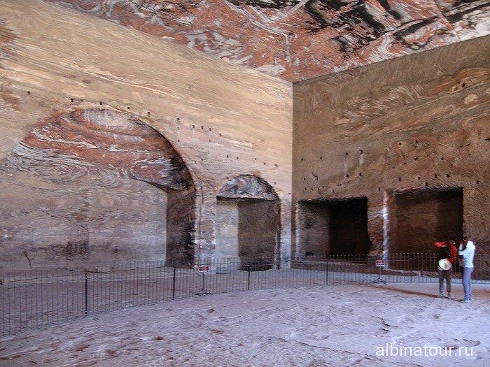 В нутри Urn Tomb Петра Иордания