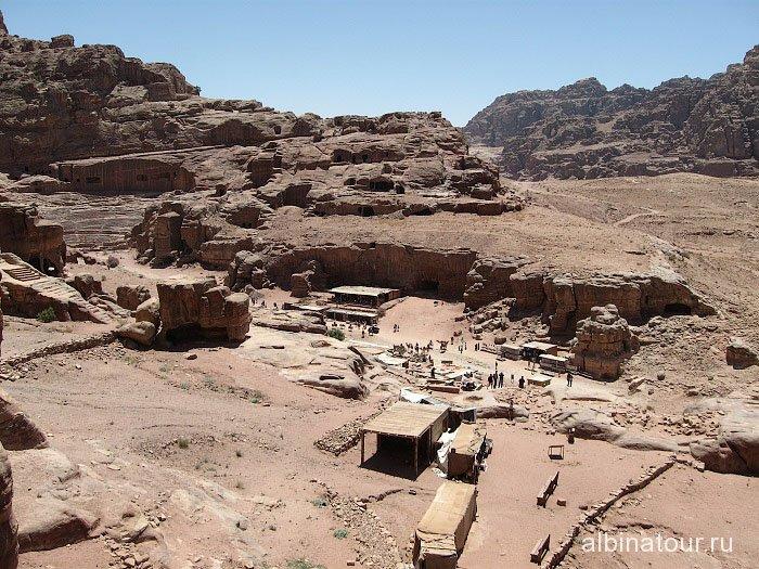 Вид на площадь с высоты Urn Tomb Петра Иордания