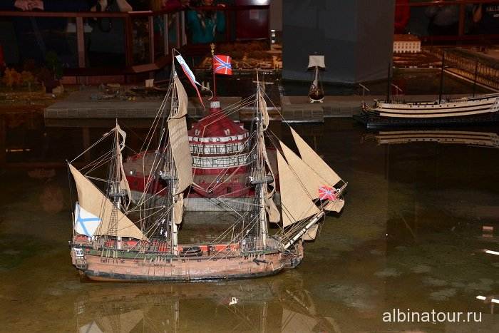 Фото корабль на Неве исторический театр-макет Петровская Акватория