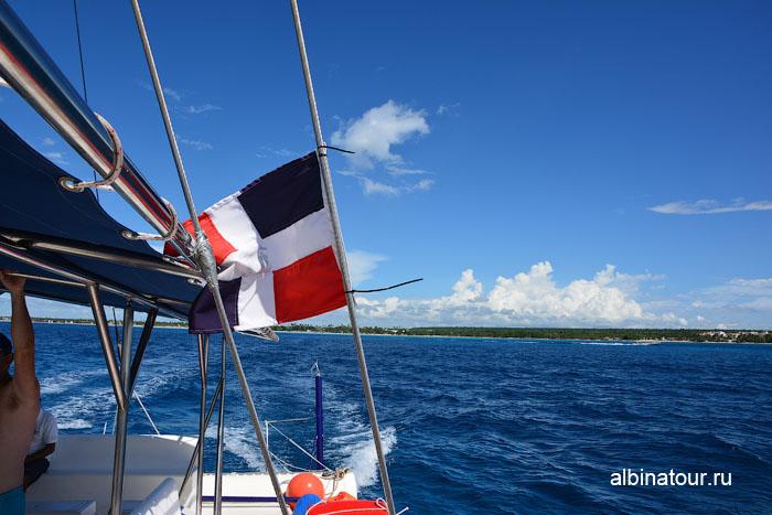 Доминикана путешествие на Саону катамаран флаг