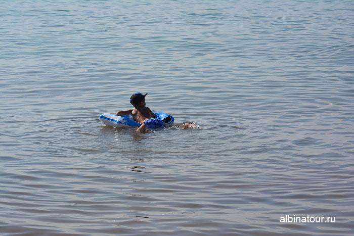 Доминикана отель Canoa море мальчик на матрасе