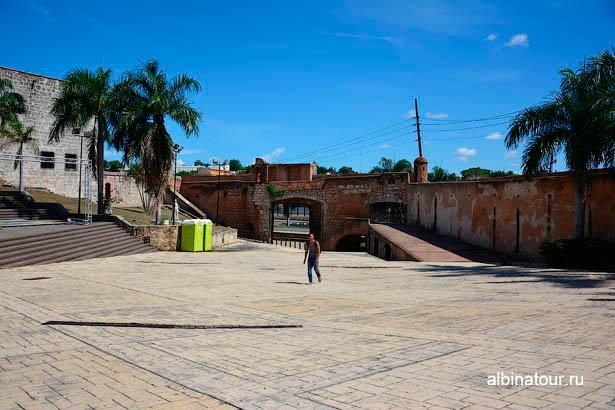Санто Доминго площадь Испании и ворота Сан Диего