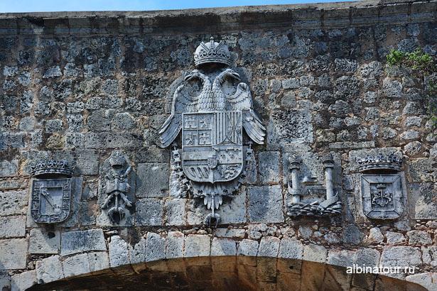 Санто Доминго гербы на воротах Сан Диего