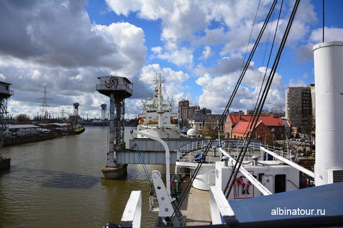 Калининград музей мирового океана судно Витязь вид старый железнодорожный мост