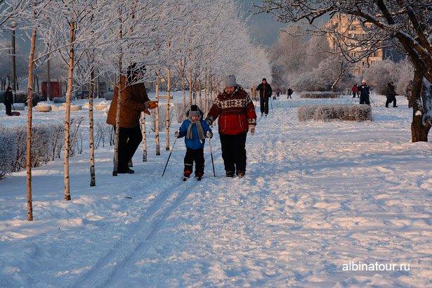 Начинающий лыжник в яблоневом саду СПб