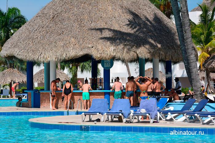 Бар в бассейне в отеле Be Live Collection Canoa в Доминикане