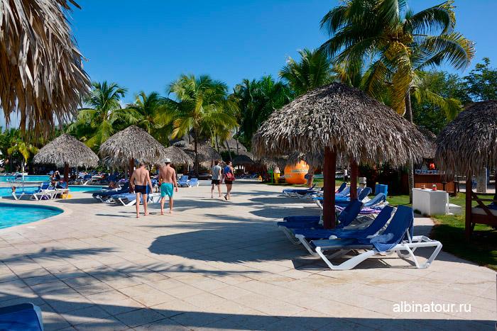 Бассейн и шезлонги в отеле Be Live Collection Canoa в Доминикане