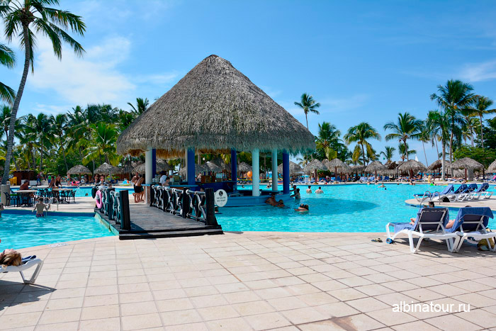 Мост к бару в бассейне в отеле Be Live Collection Canoa в Доминикане