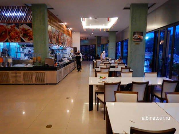 Первый этаж где проходят завтраки в отеле фото
