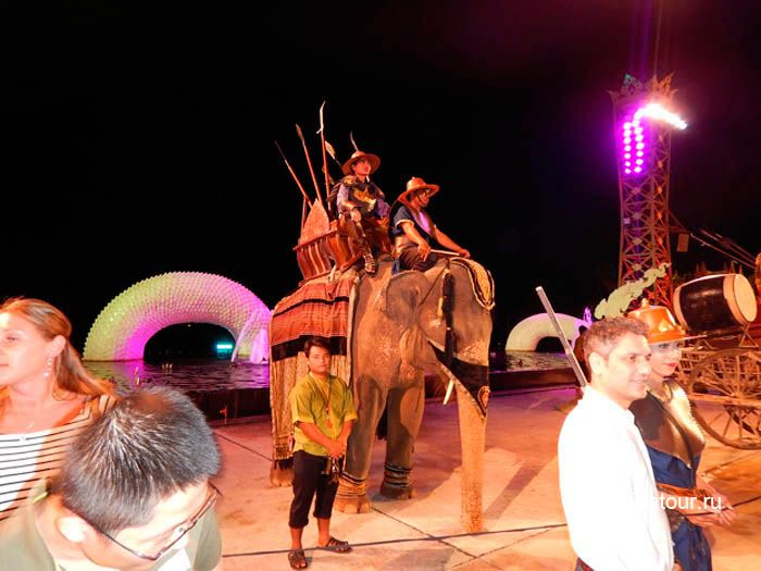 Фото фотографирование с участниками парада боевых слонов на Нирамит на Пхукете
