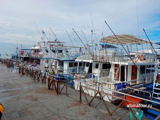 Фото Пхукет порт Чалонг Chalong pier много различных лодок
