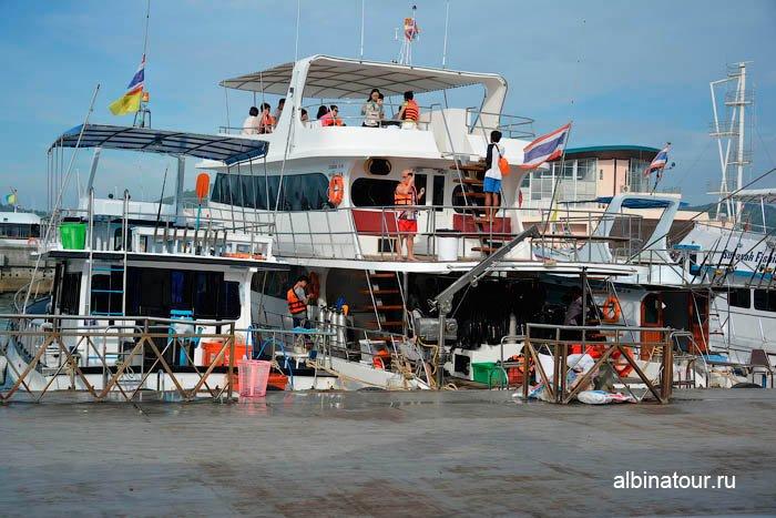 Пхукет порт Чалонг Chalong pier много различных лодок 2