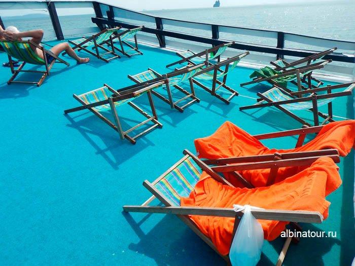 Фото На носу на верхней палубе корабля шезлонги