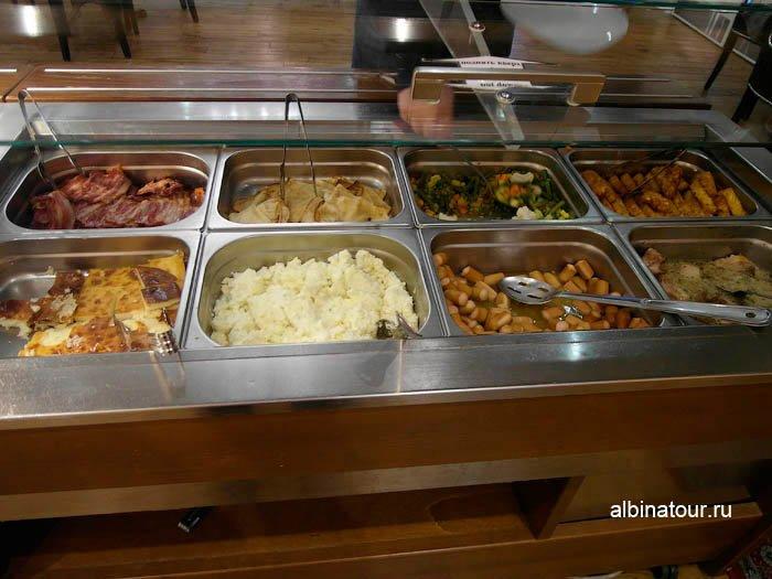 бекон, жареная рыба, мясо, сосиски, омлет, картофельное пюре на завтрак в отеле