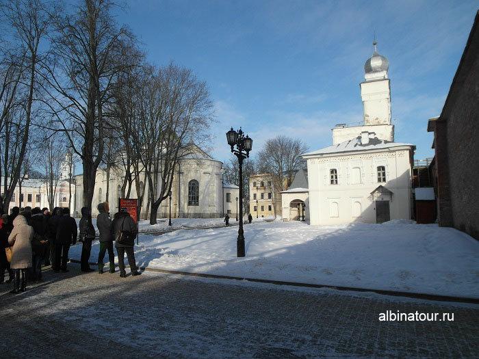Фото С правой стороны звонница Софийского собора